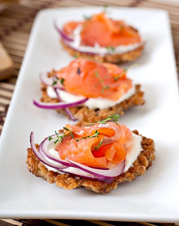 Crêpes de sarrasin avec les saumons salés images stock
