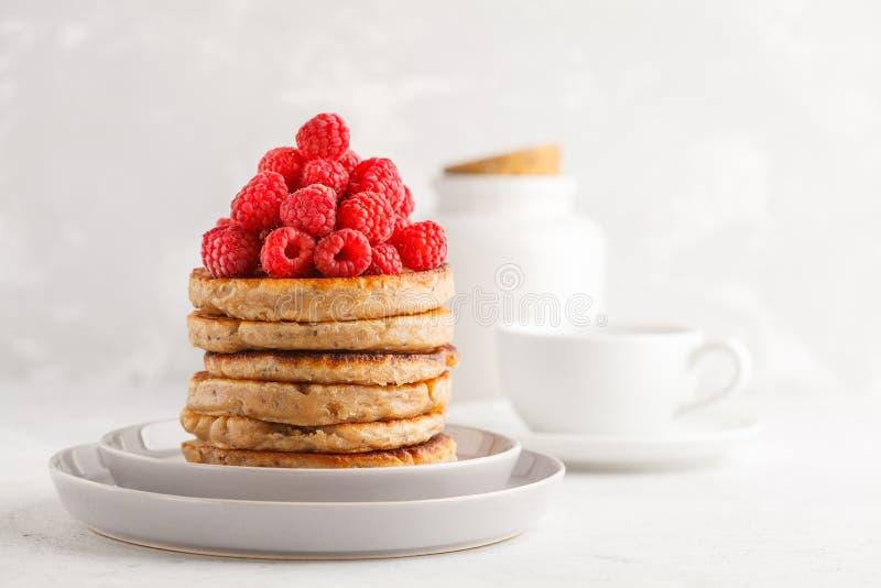 Crêpes de Vegan avec des framboises et des graines de chia du plat blanc, W image libre de droits