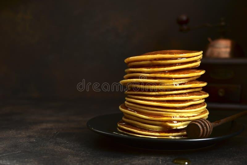 Crêpes faites maison avec du miel ou le sirop d'érable photos libres de droits