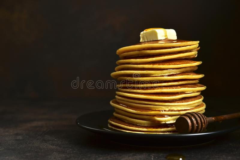 Crêpes faites maison avec du miel ou le sirop d'érable images libres de droits