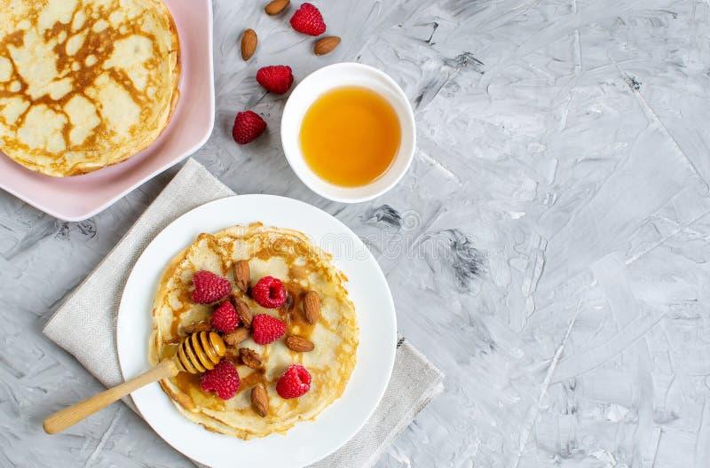 Crêpes faites maison avec la framboise, les écrous d'amande et le Honey Easy Food photo libre de droits