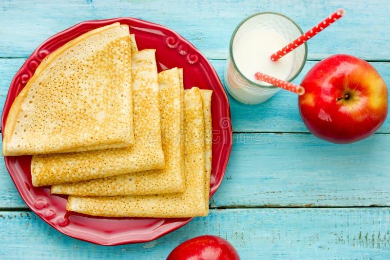 Crêpes faites maison pour le petit déjeuner images stock
