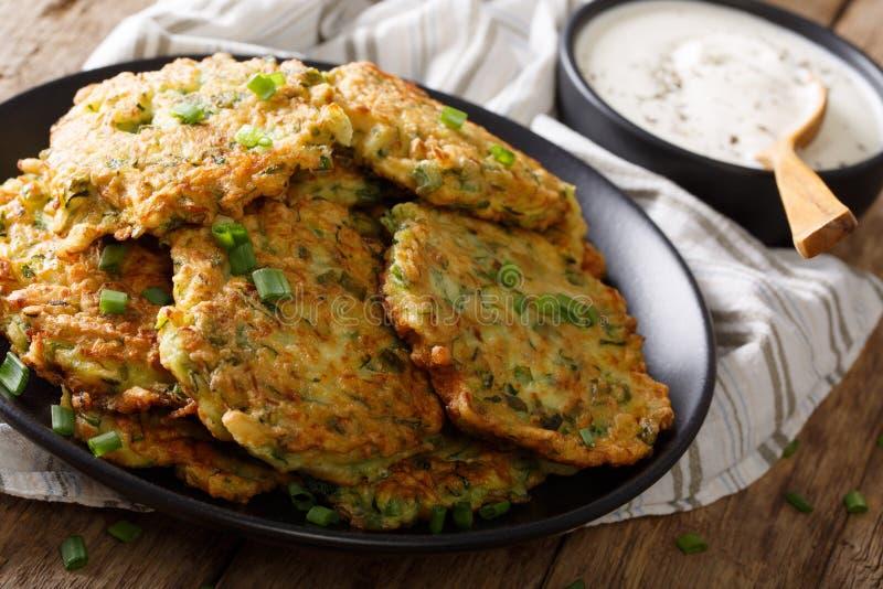Crêpes fraîchement cuites de courgette avec le plan rapproché de crème sure Horiz photographie stock libre de droits
