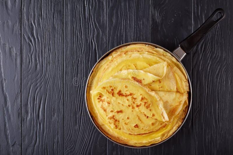 Crêpes françaises frites sur une poêle photo libre de droits