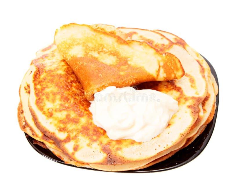 Crêpes frites d'une plaque, d'isolement. photo libre de droits