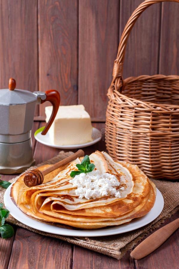Crêpes minces de lait caillé d'un plat blanc Pile de crêpes, blin russe photographie stock libre de droits