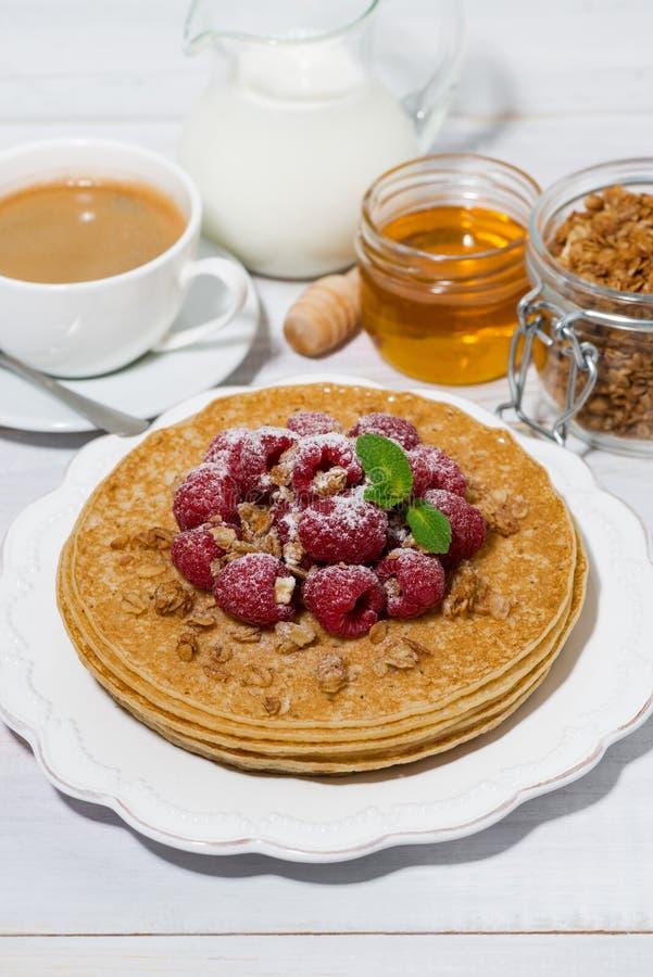 crêpes minces traditionnelles avec les framboises fraîches pour le petit déjeuner photo libre de droits