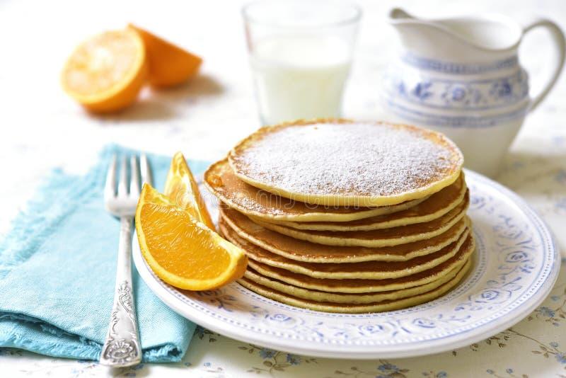 Crêpes oranges faites maison image libre de droits