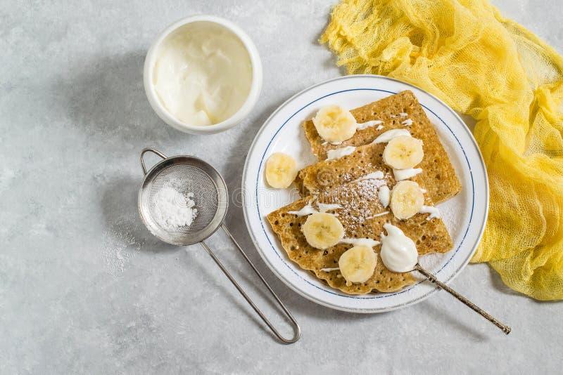 Crêpes russes minces avec la crème sure et les bananes photo stock