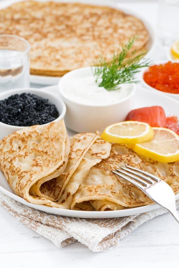 Crêpes russes traditionnelles avec le caviar et les poissons salés, plan rapproché photos libres de droits