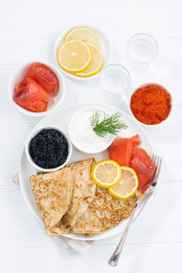 crêpes russes traditionnelles avec le caviar et les poissons salés, vue supérieure photographie stock
