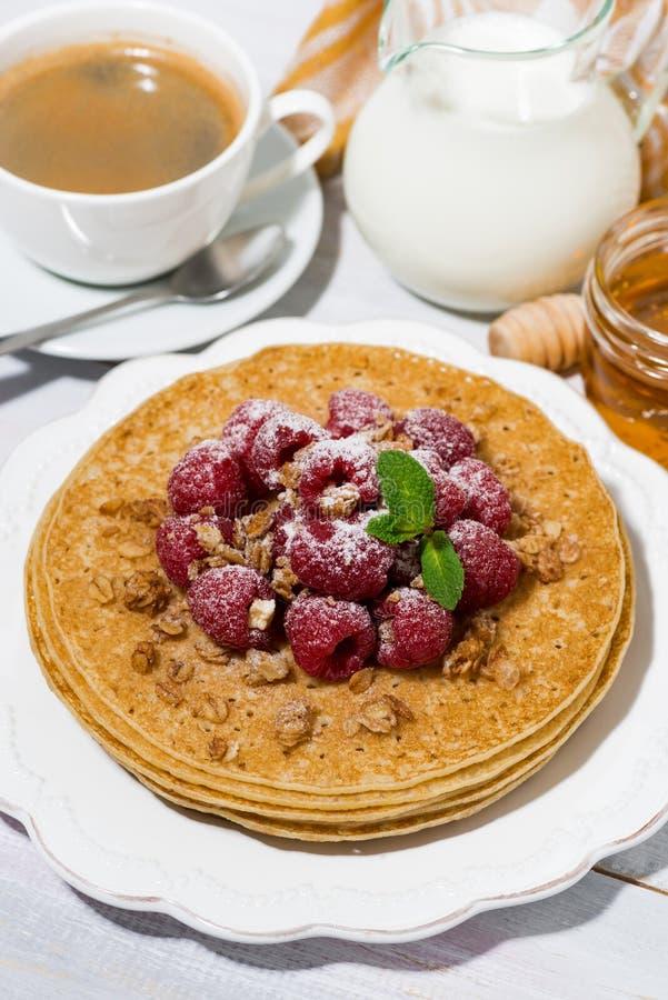 crêpes traditionnelles avec les framboises fraîches pour le petit déjeuner images stock