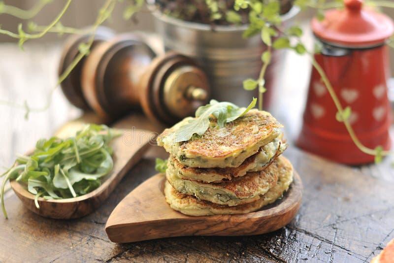 Crêpes végétales pour le dîner Avec des épices et des herbes Sur un fond brun photos libres de droits