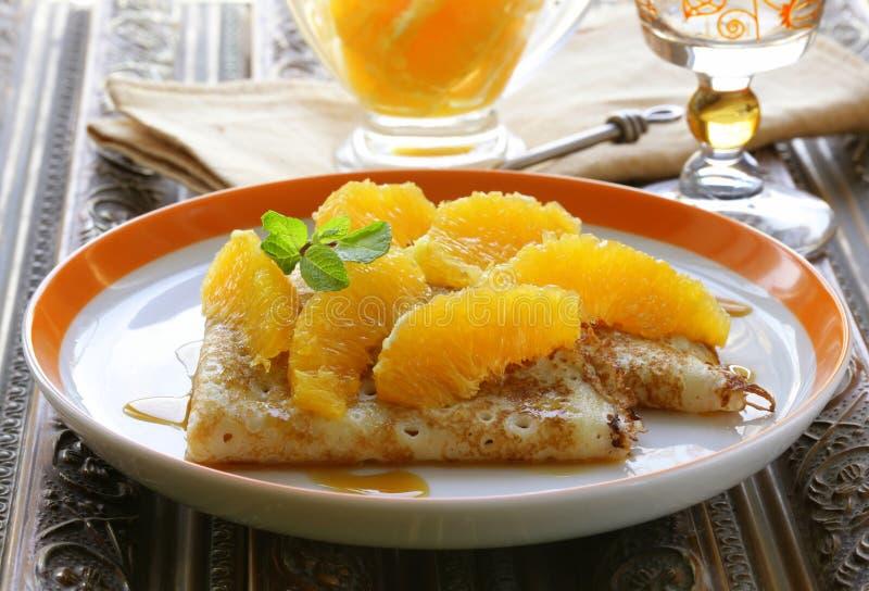crêpessuzettepannkakor med apelsinen royaltyfria bilder