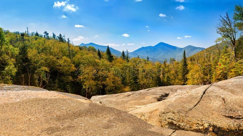 Crête d'algonquin comme vue du sentier de randonnée de Mt Marcy images libres de droits