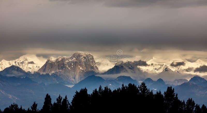 Crête de dent d'orignaux dans la gamme de montagne de l'Alaska photographie stock libre de droits