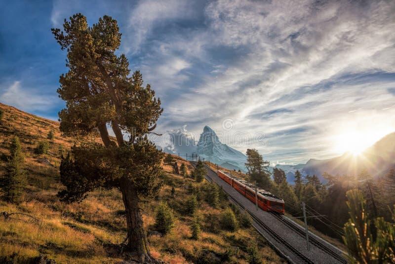 Crête de Matterhorn avec le chemin de fer contre le coucher du soleil dans les Alpes suisses, Suisse photos libres de droits