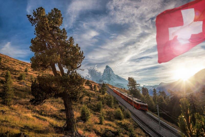 Crête de Matterhorn avec le chemin de fer contre le coucher du soleil dans les Alpes suisses, Suisse photographie stock