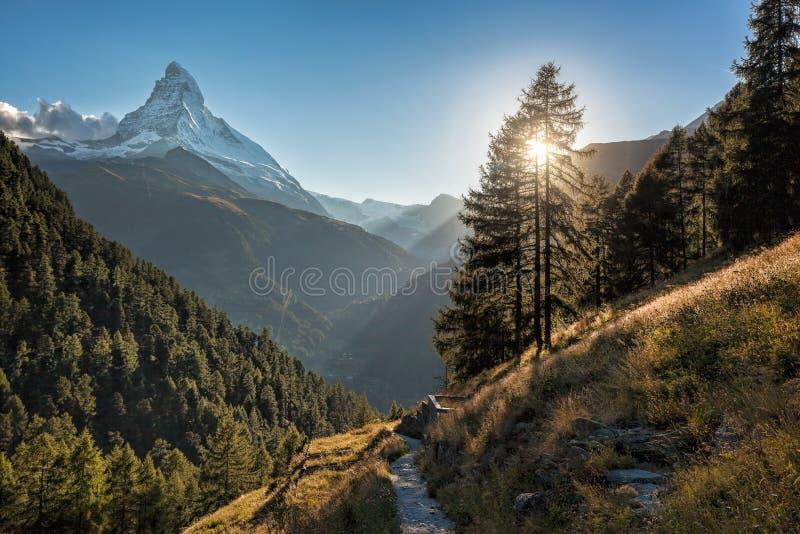 Crête de Matterhorn contre le coucher du soleil dans la région de Zermatt, Suisse photographie stock libre de droits
