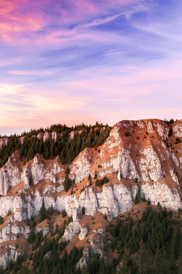 Crête de montagne avec le ciel spectaculaire images stock