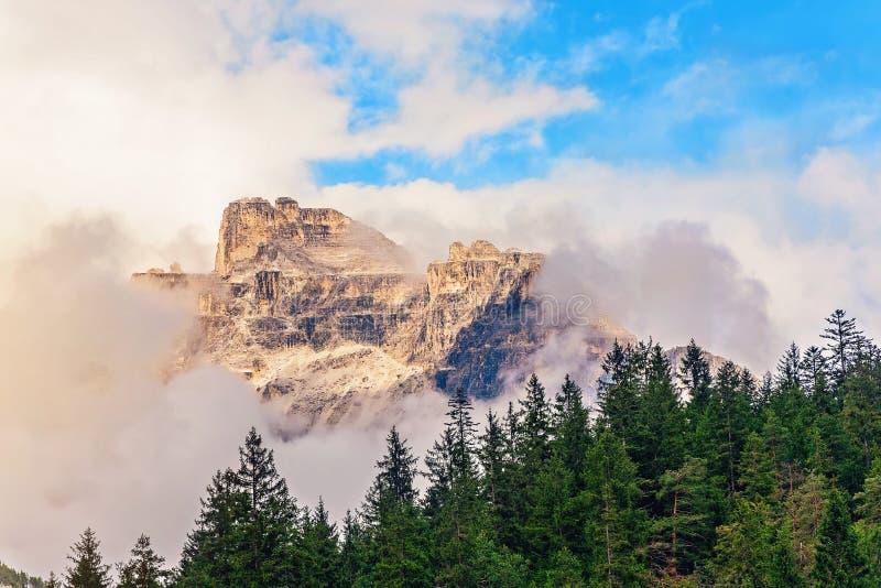 Download Crête De Montagne Dans Les Nuages En Italie Photo stock - Image du forêt, scénique: 77161450