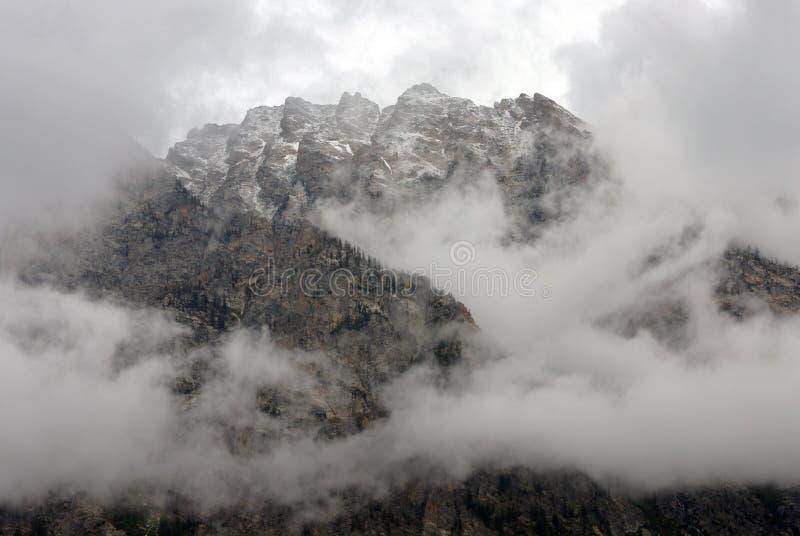 Crête de montagne raboteuse enveloppée en nuages de tempête images stock