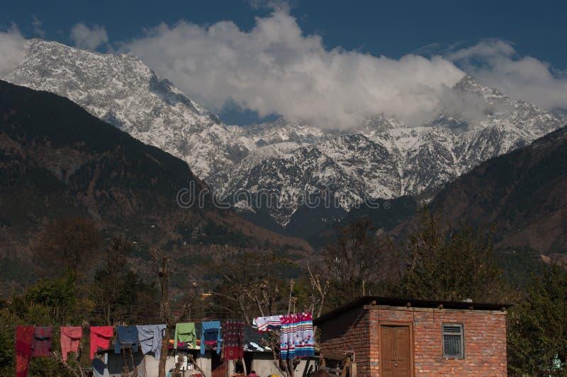 Crête de neige et vue de dessus de toit au village de Sidhpur à Dharamsala de H photo stock