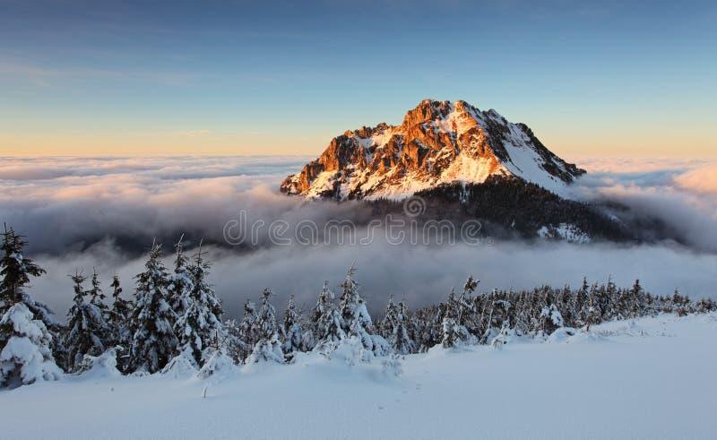Crête de Roszutec dans le coucher du soleil - montagne Fatra de la Slovaquie photographie stock