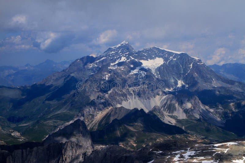 Crête des Alpes, région de Tignes, montagnes en été image libre de droits