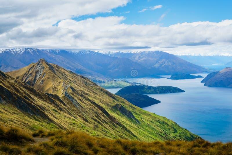 Crête du ` s de Roy dans Wanaka avec le lac Wanaka et montagnes dans le Dista images stock