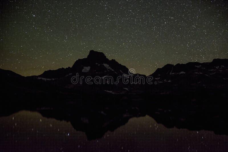 Crête et étoiles de bannière réfléchissant sur mille lacs island photo libre de droits