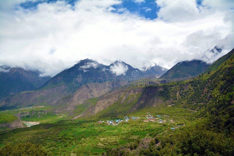 Crête et village de montagne de neige de barwa de Namche dessous photo libre de droits