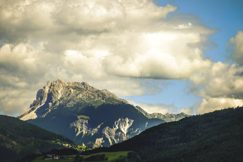 Crête italienne de cloudscape de dolomites photographie stock libre de droits