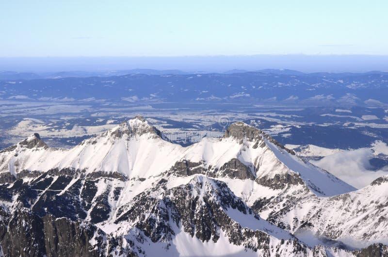 Crêtes élevées des montagnes neigeuses de Tatry images libres de droits