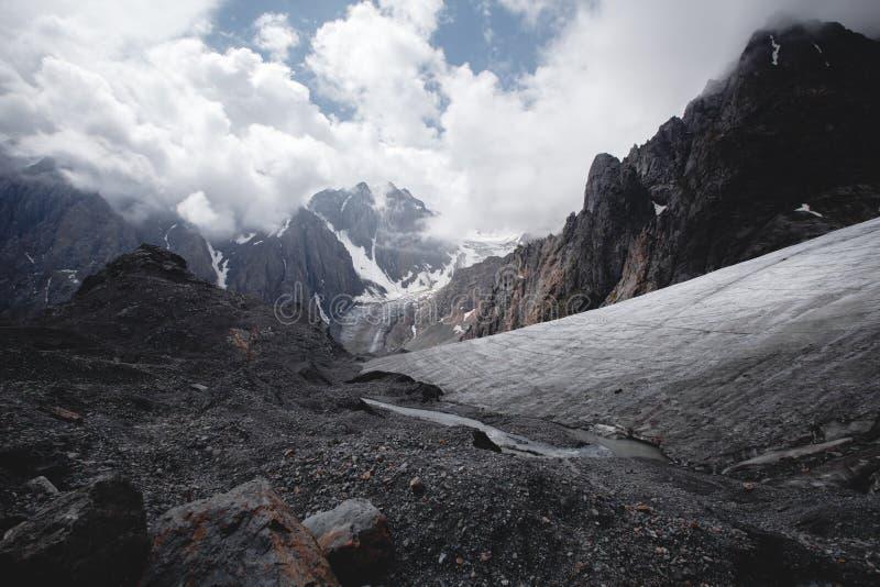 Crêtes couronnées de neige des montagnes d'Altai en Russie Glacier d'Aktru, juillet image stock