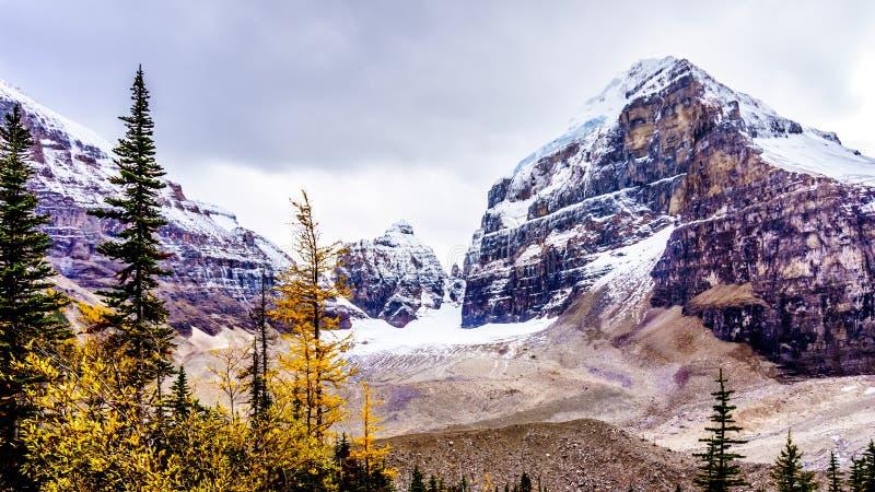 Crêtes dans Rocky Mountains à la plaine de six glaciers parc national chez Lake Louise, Banff photo libre de droits