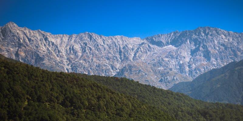 Crêtes de l'Himalaya près de Dharamshala, Inde photos stock