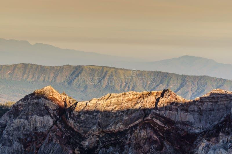 Crêtes de montagne au lever de soleil photographie stock