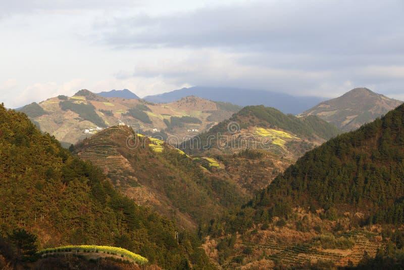 Crêtes de montagne continues image stock
