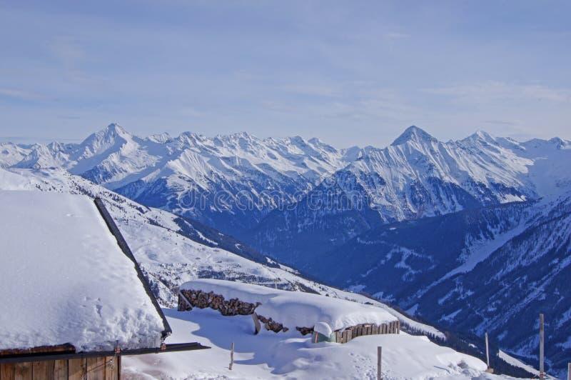 Crêtes de montagne couronnées de neige photos libres de droits