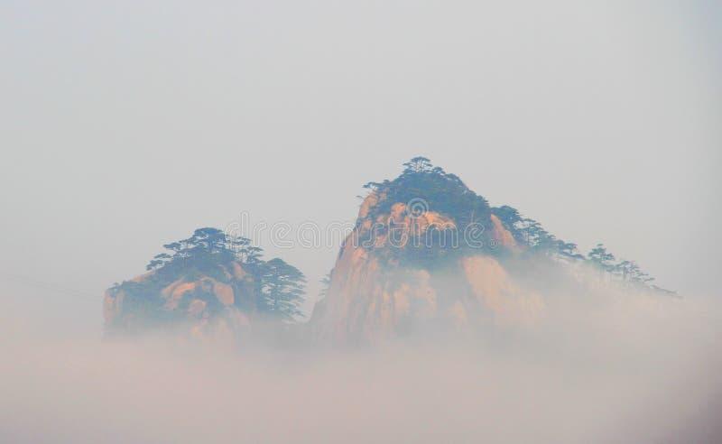Crêtes de montagne dans un brouillard photos libres de droits