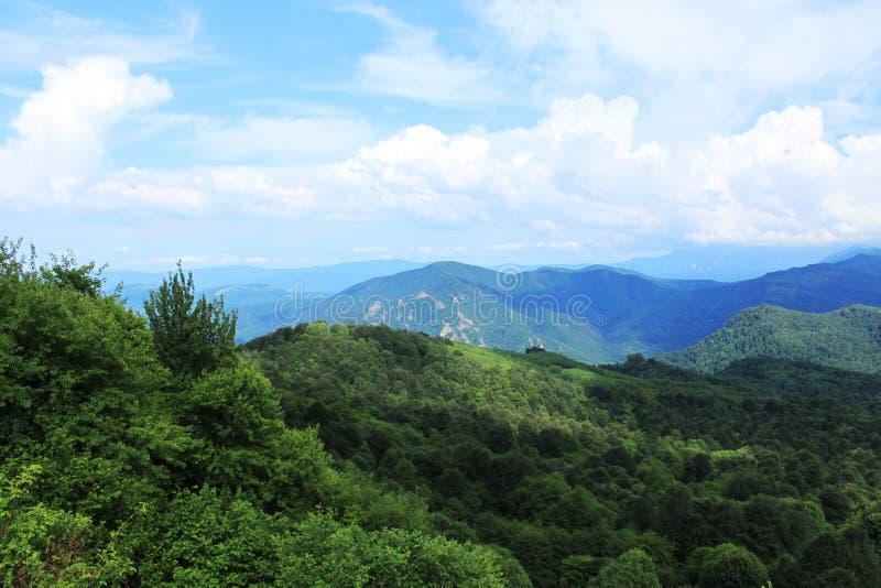 Crêtes de montagne en brume photo stock