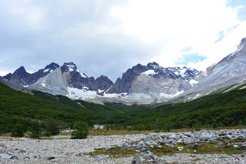 Download Crêtes De Montagne En Parc National De Torres Del Paine, Chili Photo stock - Image du backpacking, traînée: 87701644