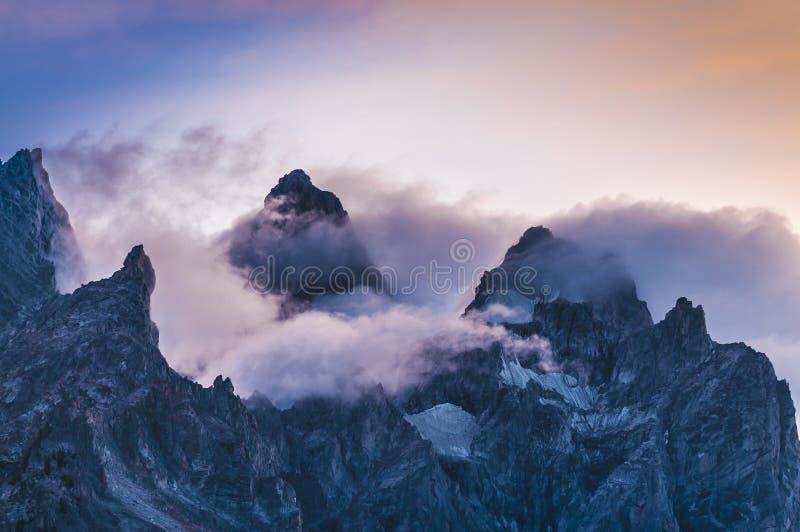 Crêtes de montagne nuageuses au coucher du soleil images stock