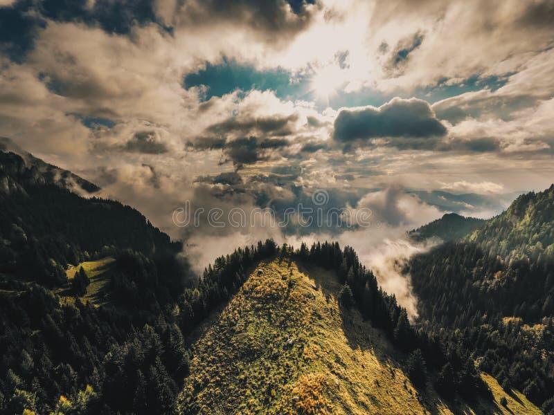 Crêtes de montagnes carpathiennes un matin brumeux d'automne MOU de Bucegi images libres de droits