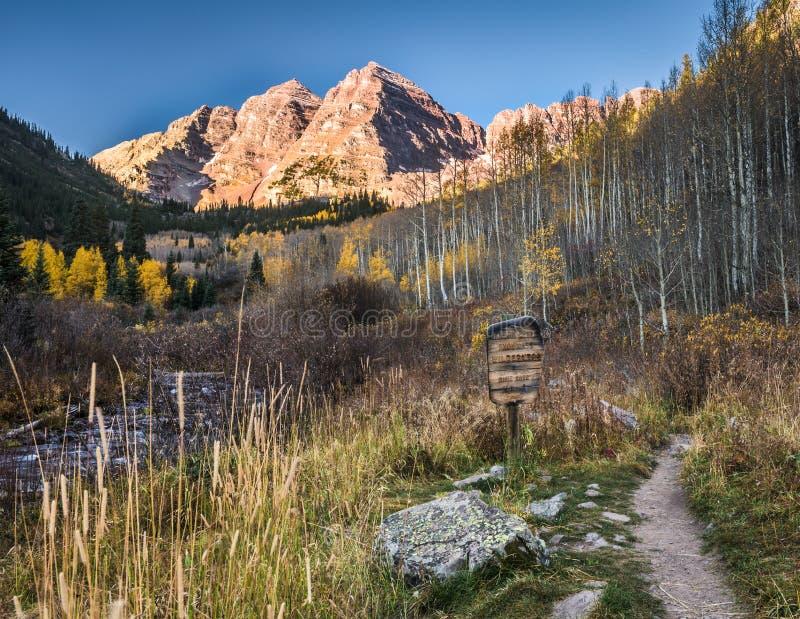 Crêtes et sentier de randonnée marron de Bells photographie stock