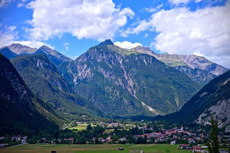 Crêtes et vallée alpines sous un ciel nuageux bleu dans Nassereith, le Tirol image libre de droits