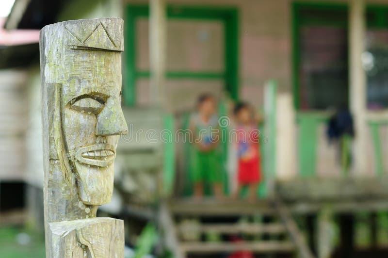 Cría tribal del Dayak tradicional, Indonesia imagen de archivo