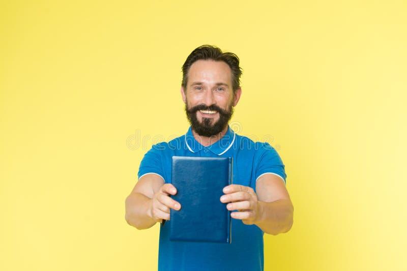 Crítico literário Livro farpado maduro da posse do indivíduo do homem Leitor satisfeito Conceito da apresentação do livro Autor q fotografia de stock