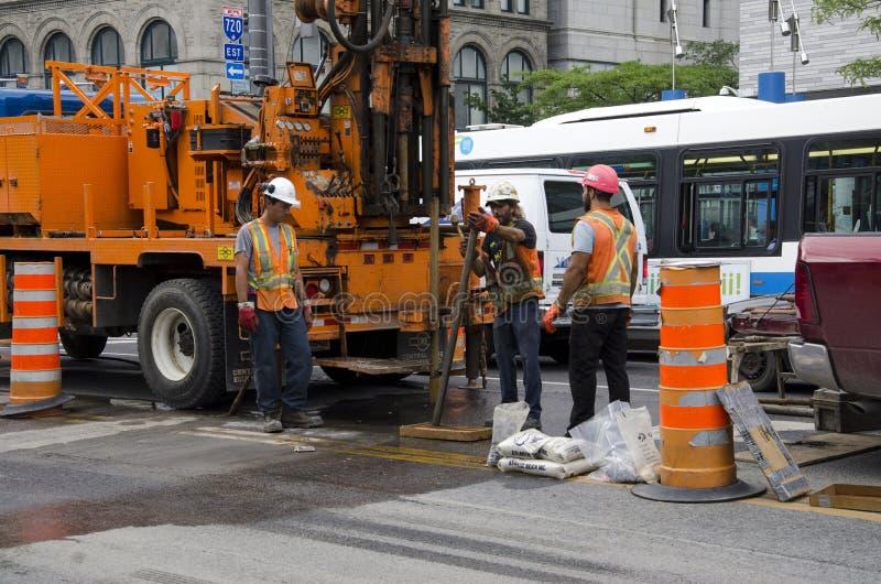 Cr dos trabalhadores do reparo da estrada de Montreal, Quebeque, Canadá 19 de julho de 2016 - fotografia de stock royalty free